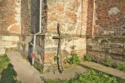 Мури костелу і дерев'яний хрест