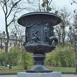 Парк ім.І.Франка. Чавунна ваза з рельєфами
