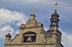 Завершення фасаду замкового костелу у Меджибожі