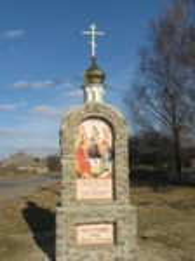 Хрест-капличка біля храму