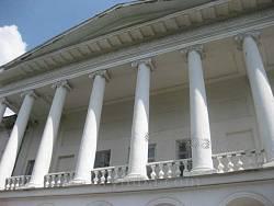 Головний фасад палацу. Колонада