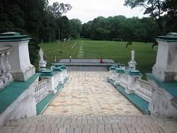 Спуск от дворца в парк