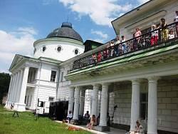 Відвідувачі на балконі палацу