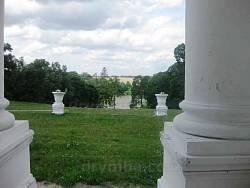 Вид крізь колонаду палацу