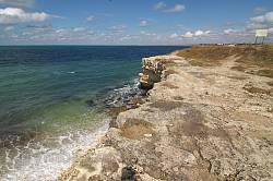 Урвища на березі сягають кількох метрів висоти