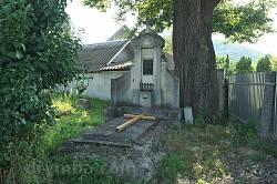 Старе поховання біля храму