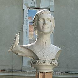 Пам'ятник Назарію Яремчуку на території школи-інтернату