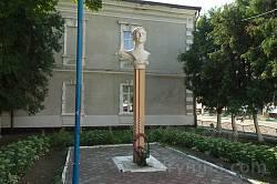 Вижницька школа-інтернат. Пам'ятник Назарію Яремчуку