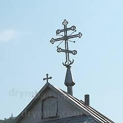 Старий хрест над церковною брамою