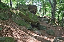 Подзахаричи. Скалы и пещера Довбуша