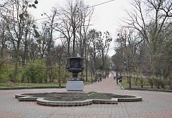Головна алея парку