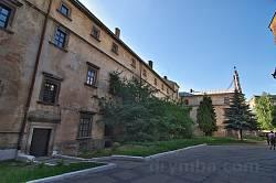 Дворик та келії бернардинського монастиря