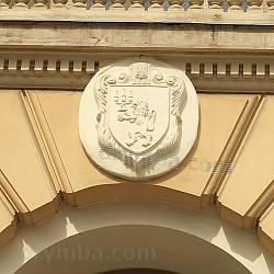 Герб Львовского университета над входом