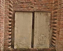 Старі надгробні плити