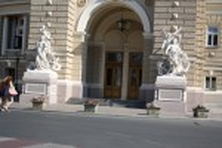 Скульптуры по бокам от входа
