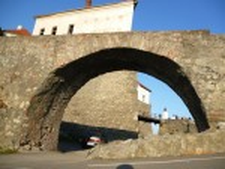 Міст-арка перед замковою брамою