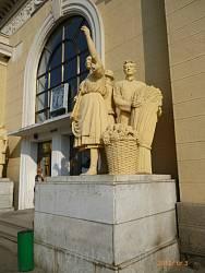 Скульптури біля вокзалу