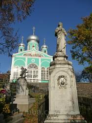 Монастирський цвинтар та Успенська церква