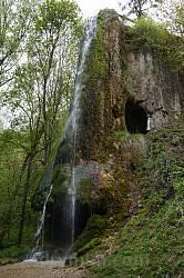 Скеля з печерою та водоспадом