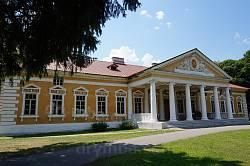 Парковий фасад палацу у Самчиках
