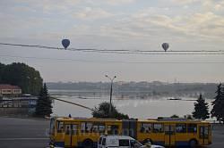 Політ повітряних куль над озером