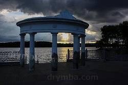Колонада - ротонда на березі ставу