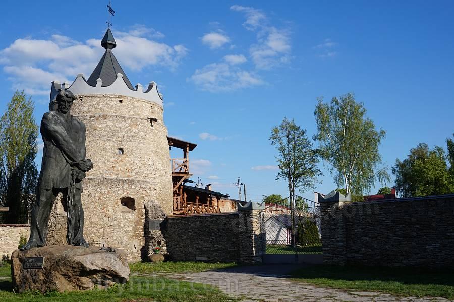 Круглая башня и памятник Устиму Кармалюку