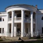 Парадний фасад з колонадою