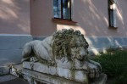 Леви зі зруйнованого палацу, зараз біля будинку управляючого, один суворий охоронець