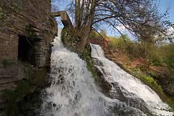 Руїни старого млина поруч із водоспадом