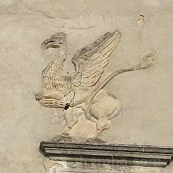 Грифон на фасаді Свірзького замку