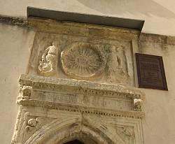 Костел у Дунаєві. Рельєфи та охоронна табличка