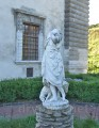 Скульптура на подвір'ї Золочівського замку