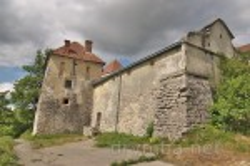 Свірзький замок. Нижня оборонна башта над ставком.