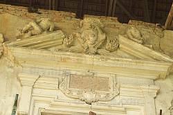 Герб и таблица над входом в Поморянский замок