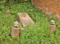Поховання біля костелу у Поморянах