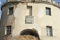 Дубно. Пам'ятна табличка з нашаруваннями написів на фасаді Луцької брами
