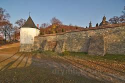 Крехівський монастир. Мури та башта з півночі