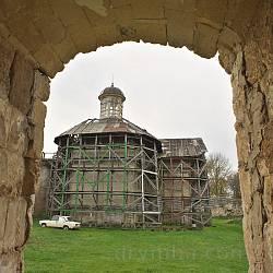 Бережани. Замковий костел св.Трійці. Вид на західну каплицю