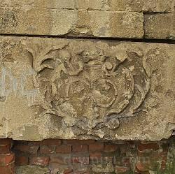 Древній рельєф на замковій каплиці Сенявських у Бережанах