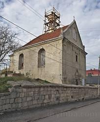 Бережани. Фасад вірменського костелу Різдва Богородиці та оборонний мур