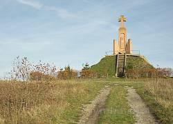 Мемориал на горе Лысоня. Крест и кусты калины вдоль дороги