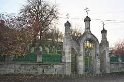 Брама цвинтаря УСС у вигляді тризуба