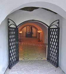 Страдч. Вхід до печерної церкви