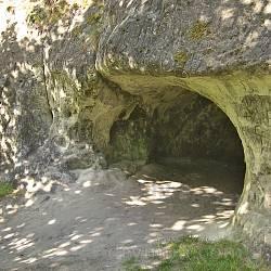 Страдч. Вхід до малої печери