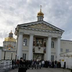 Вход в Почаевскую Лавру. Святые Ворота, колокольня и Троицкий собор