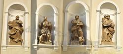 Микулинці. Костел св.Трійці. Фігури святих на фасаді