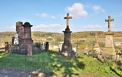 Католицький цвинтар біля костелу у Микулинцях