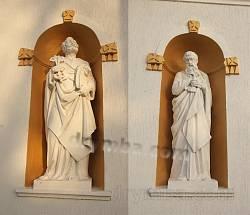 Микулинці. Фігури апостолів на фасаді церкви Пресвятої Трійці
