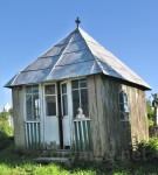 Старе Село. Цвинтарна капличка біля деревяної церкви